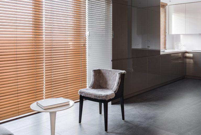 Solombra-raamdecoratie-houten-jaloezieen-keuken