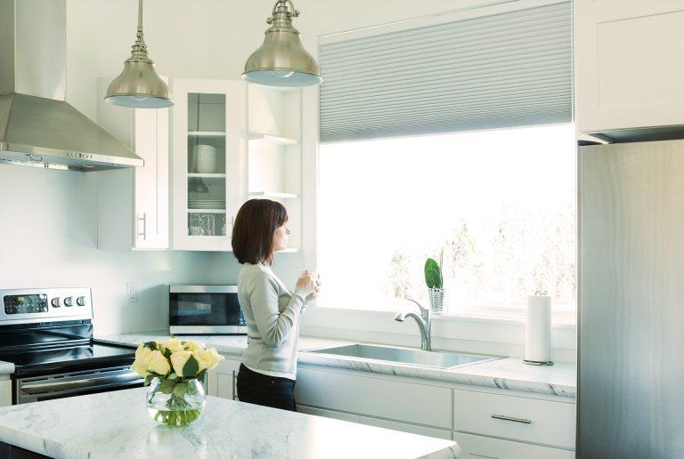 Solombra-raamdecoratie-plissegordijnen-keuken